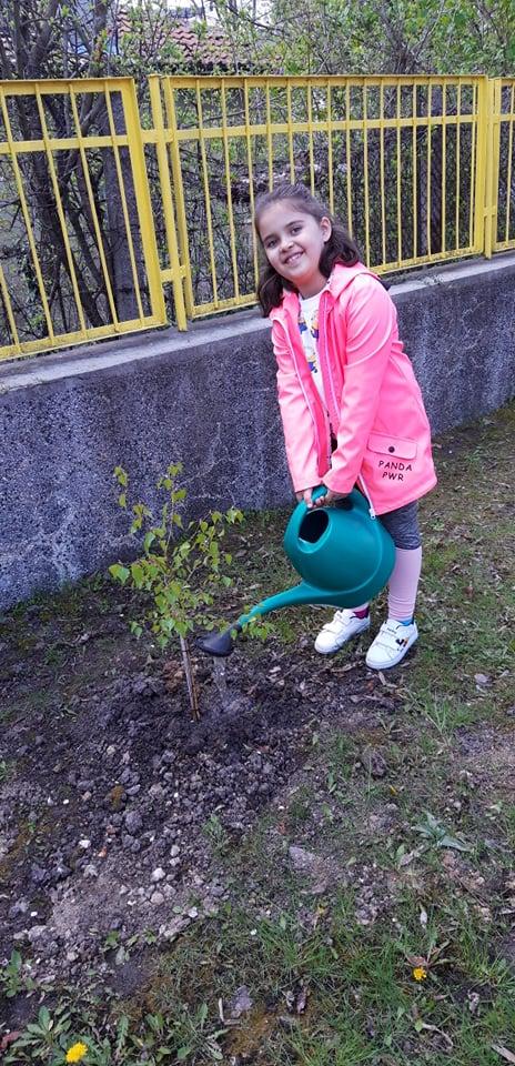 """Деца и преподаватели от ДГ """"Изворче"""" отбелязаха Международния ден на Земята"""